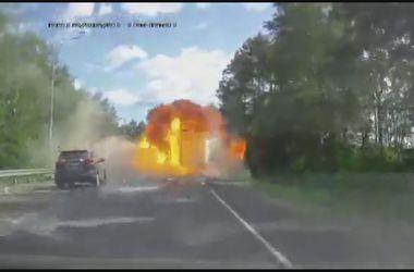 Видеорегистратор заснял взрыв на шоссе в Подмосковье