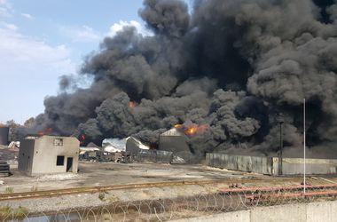Спасатели откачивают уцелевшее горючее на соседнюю нефтебазу