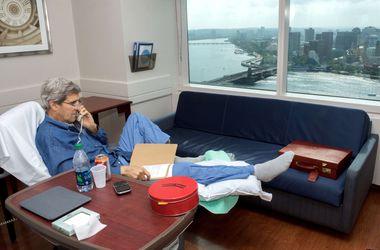Джон Керри показал сломанную ногу