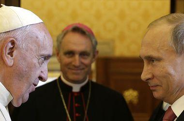 Папа Римский призвал Путина к миру в Украине и подарил медальон