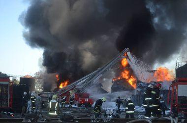 На горящей под Киевом нефтебазе найдено тело еще одного погибшего
