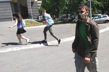 Люди на улицах Киева ходят в защитных масках