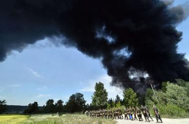 Двое детей отравились продуктами горения с пылающей нефтебазы под Киевом