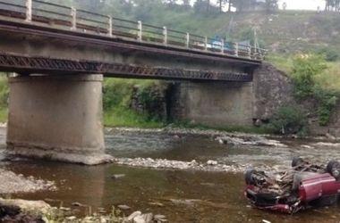 На Закарпатье автомобиль слетел в реку: водитель погиб, 5 пассажиров пострадали