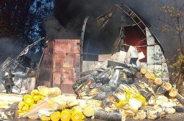 Спасатели пытаются выяснить, почему загорелся склад в Броварах