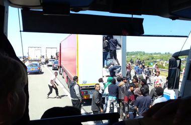 Шокирующее видео - мигранты берут штурмом грузовики во французском порту