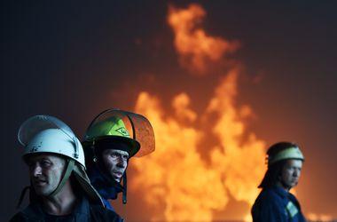 Сегодня похоронили спасателей, погибших в огне на нефтебазе под Киевом
