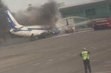 Пассажирский самолет загорелся в аэропорту Казахстана