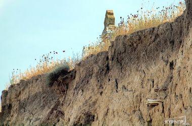 В Одесской области старинное кладбище сползает в лиман: из обрыва торчат гробы и кости