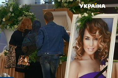 Люди стоят в огромных очередях, чтобы проститься с Жанной Фриске