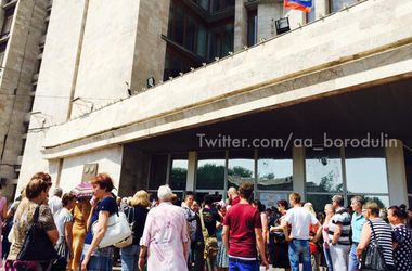 В Донецке прошел митинг против войны: участников задержали