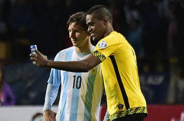 Ямайский футболист сделал селфи с Месси прямо на поле