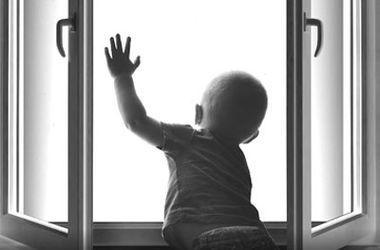 В Харькове годовалый ребенок выпал с 9-го этажа