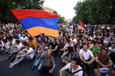 Полиция водометами разогнала митингующих в Ереване