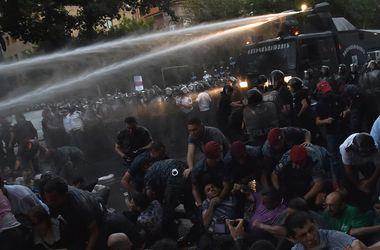 Все подробности силового разгона митингующих в Ереване