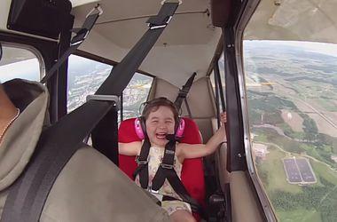 Видеохит: Летчик выполняет фигуры высшего пилотажа вместе с 4-летней дочкой