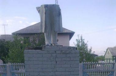 В Чугуеве памятник Ленину разбили на две части