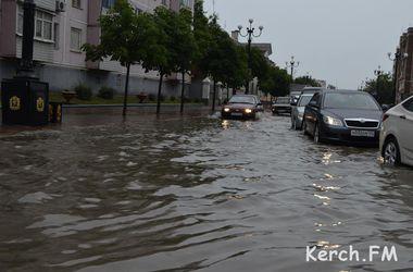 В Крыму шторм: улицы тонут в воде, десятки населенных пунктов остались без света