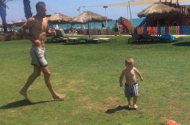 Андрей Ярмоленко занимается на пляже с личным тренером по физподготовке