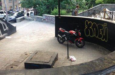 Бювет в Киеве превратили в парковку