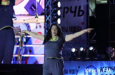 Лолита в спортивном костюме спела в Крыму на украинском языке