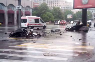"""В Москве фонарный столб """"разорвал"""" Porsche 911"""