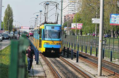 На станции скоростного трамвая в Киеве заменят опасное стекло