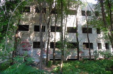 Опасные недострои: в корпусе запорожской больницы живут бомжи и собираются наркоманы
