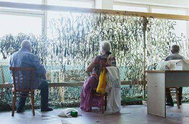 В Киеве пациенты психоневрологической больницы плетут маскировочные сети для бойцов