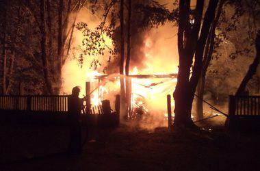 Под Киевом сгорело дотла деревянное здание