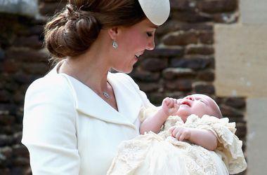 Кейт и Уильям крестили дочь в присутствии королевы и друзей