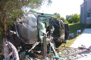 В Ровенской области иномарка влетела в церковные ворота: 25-летний водитель погиб