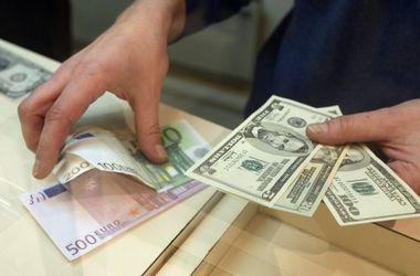 """В Киеве незаконные обменники продают """"баксы"""" без лимита и паспорта"""