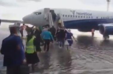 В России пассажирам пришлось идти к самолету вброд