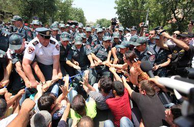 Демонстранты в Ереване предлагают выразить недоверие президенту Армении
