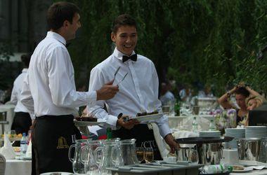 Украине нужны официанты и косметологи: топ-вакансии в больших городах