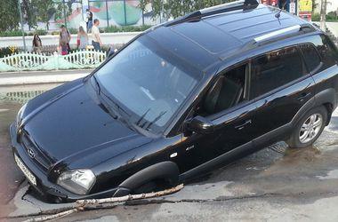 В Харькове иномарка провалилась под асфальт