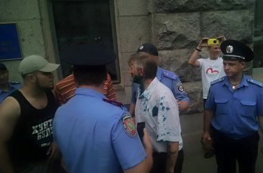 В Харькове депутата облили зеленкой за