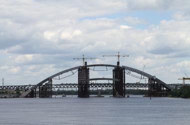 В столице подросток получил сильные ожоги, схватив кабель под мостом