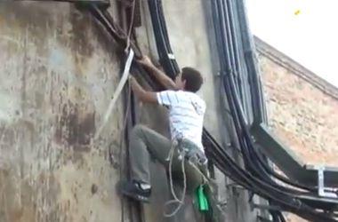В Черкассах спасатели 4 часа снимали пьяного подростка с башни газкотельни