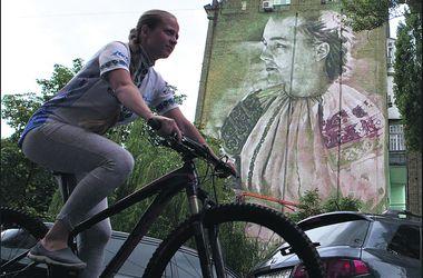 В центре Киева на домах  появились поэтесса и гимнастка