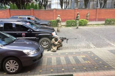 Стрельба в Мукачево: СБУ продолжает поиски, Порошенко созывает Военный кабинет