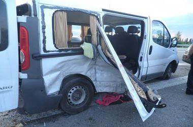 """Под Киевом фургон протаранил """"ВАЗ"""", есть жертвы и пострадавшие"""