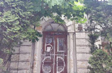 В Киеве может рухнуть старинный исторический дом