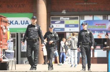 В Киеве мужчина угрожал пистолетом патрульным