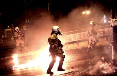 Возмущенных греков полиция разогнала газом