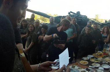 """Боевик Гиви устроил """"жаркие"""" танцы с девушками на фоне танков"""