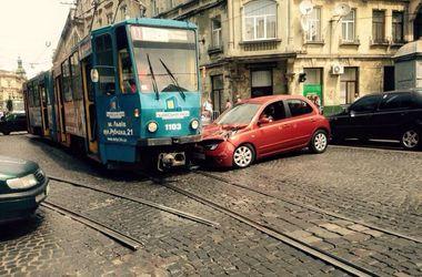 Во Львове иномарка врезалась в трамвай