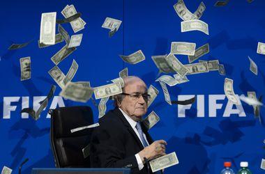Главу ФИФА Зеппа Блаттера забросали долларами