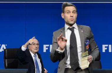 Полиция арестовала комика, бросившего пачку денег в президента ФИФА